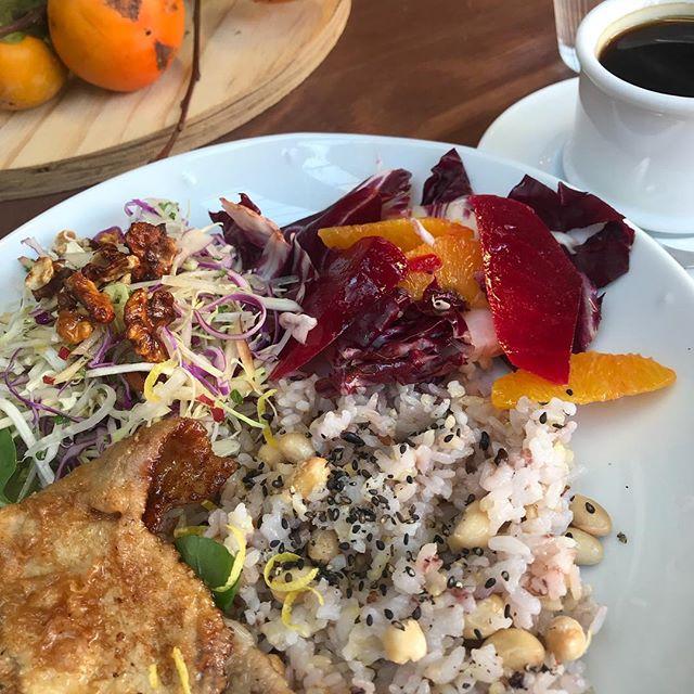 今日、谷中の新しいカフェで食べたランチ。おしゃれなカフェが増えた。外人向けだな。単価も高くなったと思う。昔ながらの雰囲気が谷根千の良さなのに。うれしいような残念なような、、、、、でも森川農園のアスパラガスはこんなご飯にピッタリだと思う!#谷中 #谷根千 #カフェ #外人向け