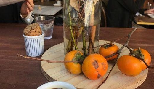ただの柿の枝も、東京のカフェではおしゃれなインテリアだよ〜〜〜